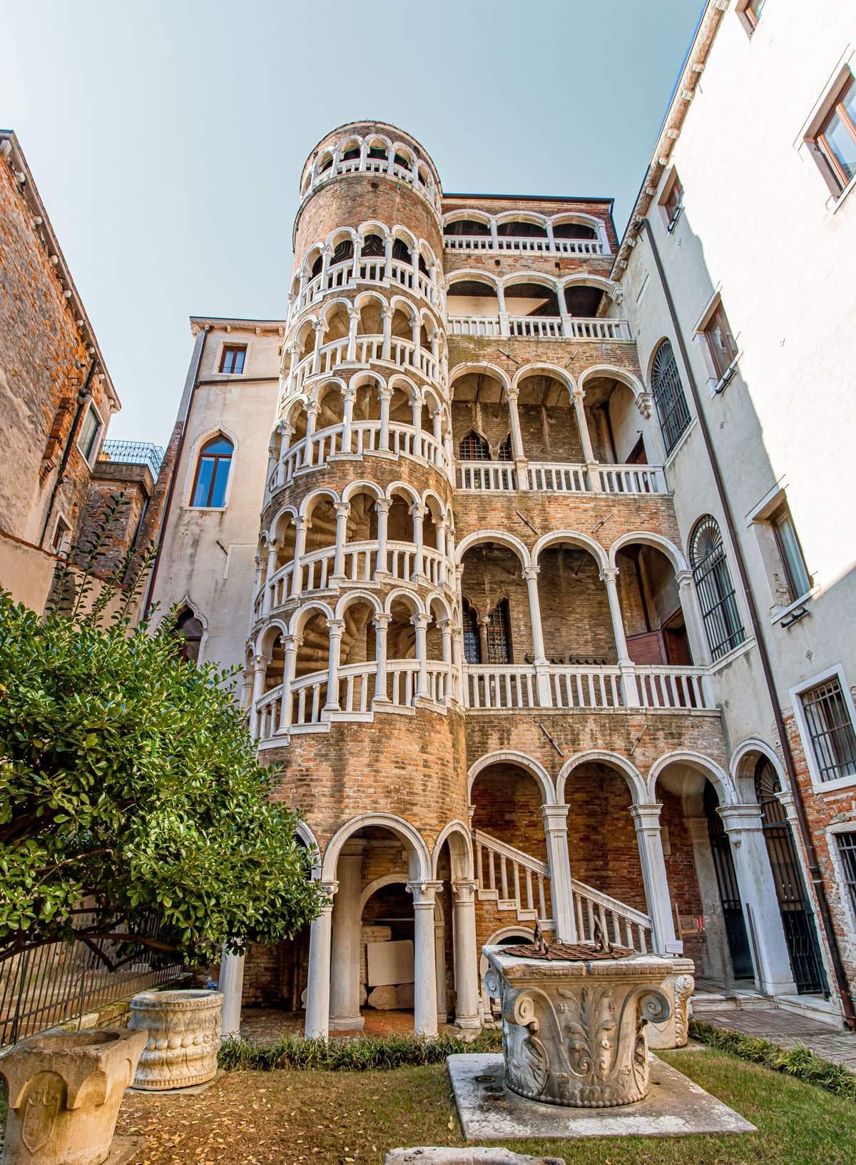 top things to do in Venice - Venice Instagram spots – Venice bucket list - kelseyinlondon - kelsey heinrichs - venice gondola ride - venice grand canal