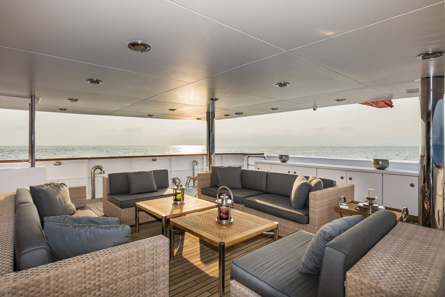 dehors main deck | OUT