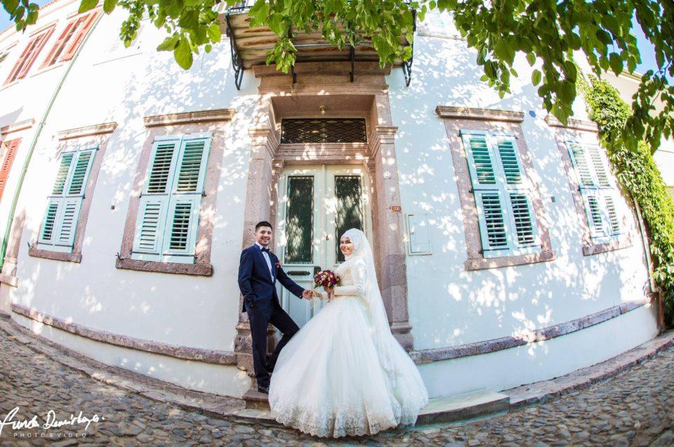 Gamze ve Sefa Ayvalık Cunda Adası Dış mekan çekimi düğün fotoğrafları tesettür gelin kadın fotoğrafçı