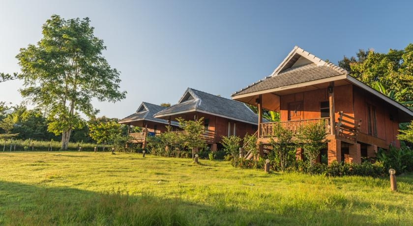 wanderlust bee back packing in pai, thailand