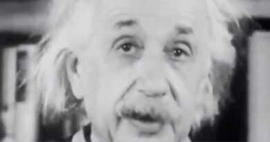 "EINSTEİN ""E = mc²"" FORMÜLÜNÜ AÇIKLIYOR /// Einstein explains the formula ""E = mc²""."