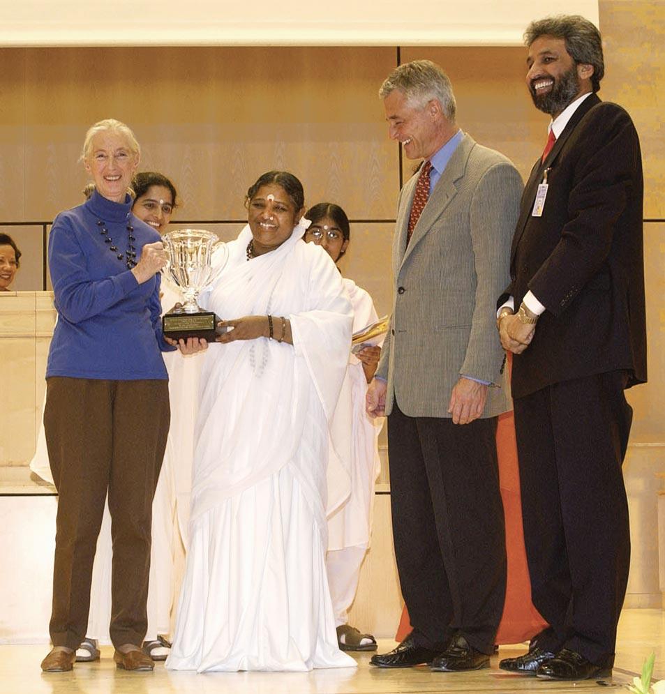 Amma Receives the Gandhi-King Award for Non-Violence