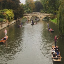 Cambridge Punting no Rio Cam