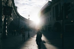 Pessoa caminhando sozinha pelas ruas de Londres
