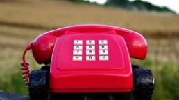 Telefone vermelho no campo