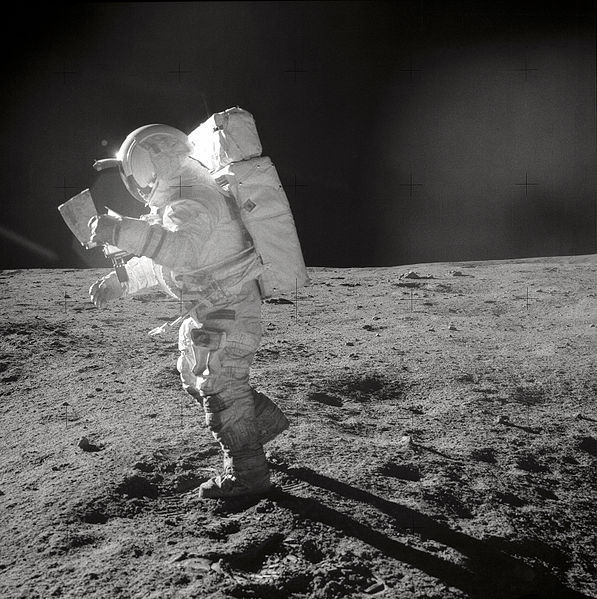 Edgar Mitchell studia un mappa mentre si cammina sulla Luna.