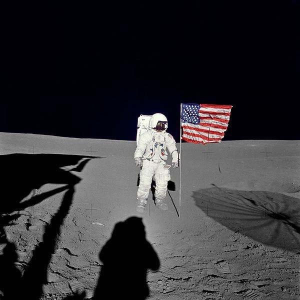 Edgar sta con la bandiera degli Stati Uniti 'sulla Luna.