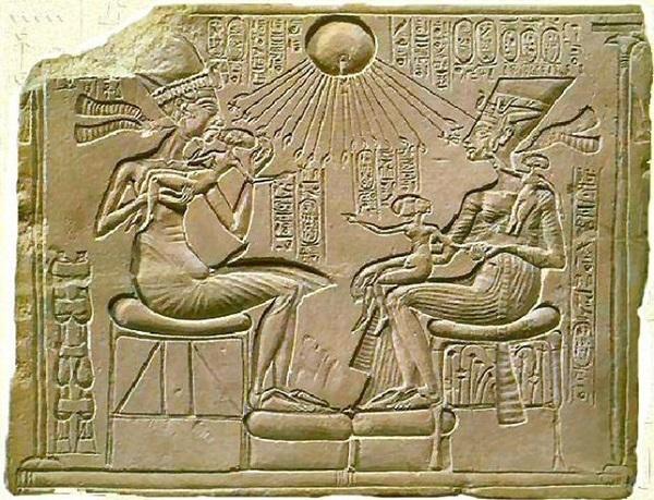 Il dio Aton irraggia Akhenaton e Nefertari