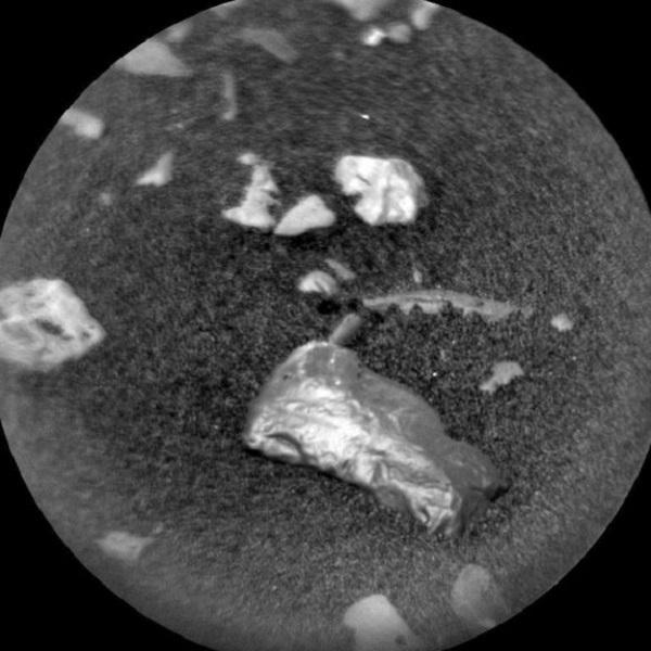oggetto metallico su marte da curiosity