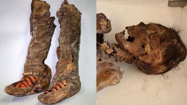 mummia con scarpe da tennis