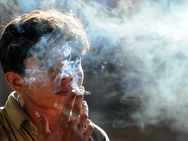 Selling cigarettes to underage boys and girls in Islamabad to face fine, license cancelation