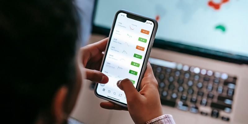 Ragazza che negozia su una piattaforma di trading online con il cellulare