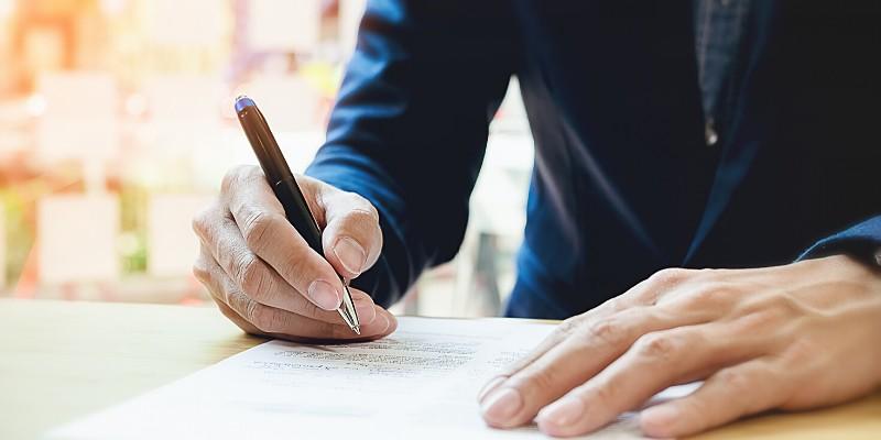 Uomo d'affari con una penna in mano