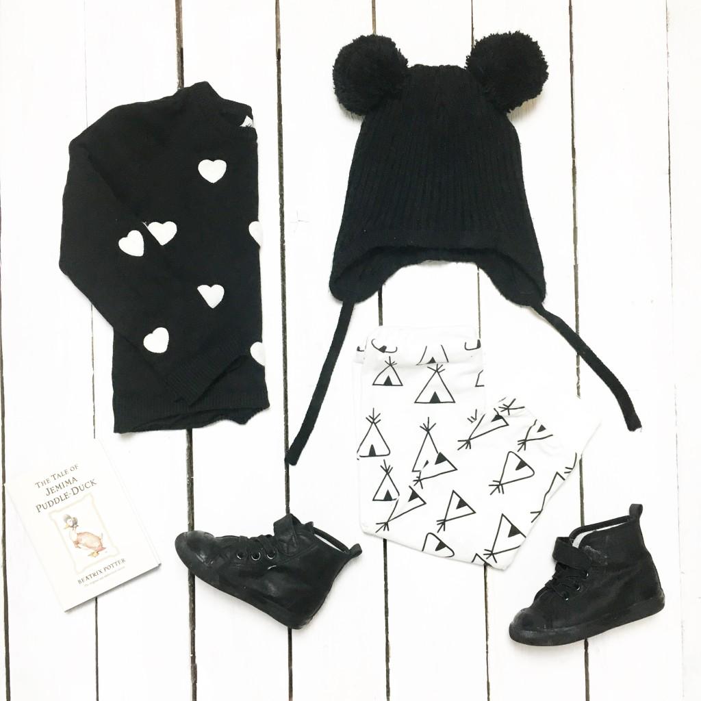 monochrom baby clothes flatlay