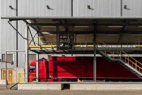 Hackschnitzel-LKW im Zellstoffwerk Mercer Stendal in Arneburg, Deutschland