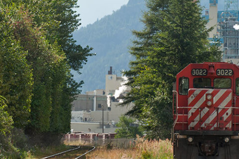 Zug verlässt das Mercer Celgar Zellstoffwerk in der Nähe von Castlegar, British Columbia, Kanada