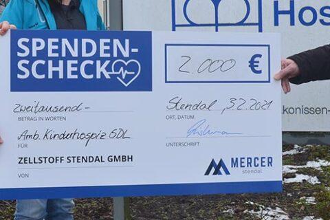 André Listemann, Geschäftsführer Mercer Stendal, überreicht Spende an den Ambulanten Kinderhospizdienst