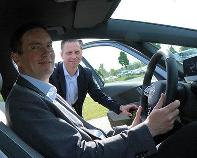 Schon bei der Einweisung freute sich der Mercer-Geschäftsführer auf die erste Ausfahrt. Foto: Stefan Rühling