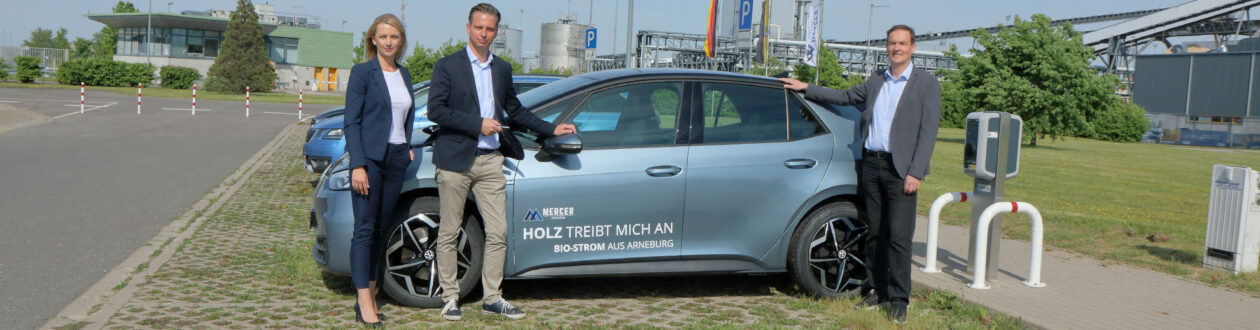 Anne Isensee (von links) und Christian Zierau übergeben den neuen Volkswagen ID.3 an Mercer-Chef André Listemann. Foto: Stefan Rühling