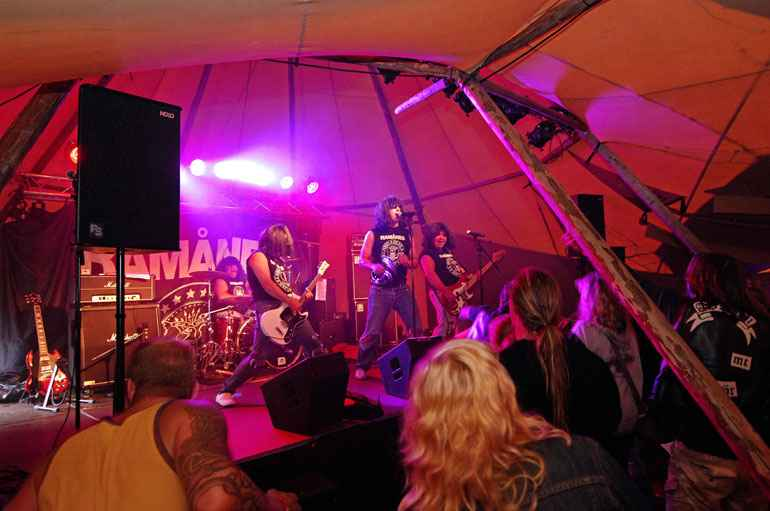 County Marquees East Anglia - Tipi Hire Essex - band-playing-in-tipi