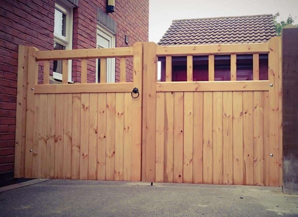 Cheshire-Design-Softwood-Double-Gate-wood-spindles