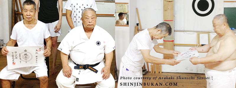 <strong>OBEN:</strong> Onaga Yoshimitsu Kaichō presenting the certificate of Renshi, Go Dan to Arakaki Shunichi Sensei.<br> Shinjinbukan Honbu Dōjō, Okinawa - September 4, 2013.