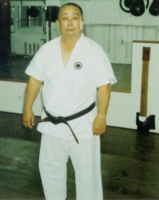 <strong>Oben:</strong> Onaga Yoshimitsu Kaichō<br> Shinjinbukan Dōjō, Okinawa, 1993