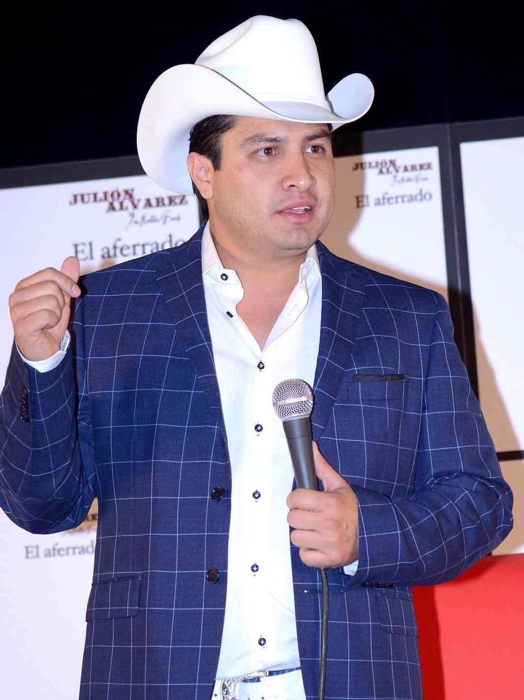 Julión es quizás el cantante de banda más popular del momento