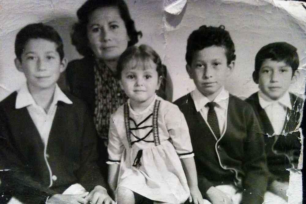 Aquí Ana María Canseco con sus tíos y su abuelita.