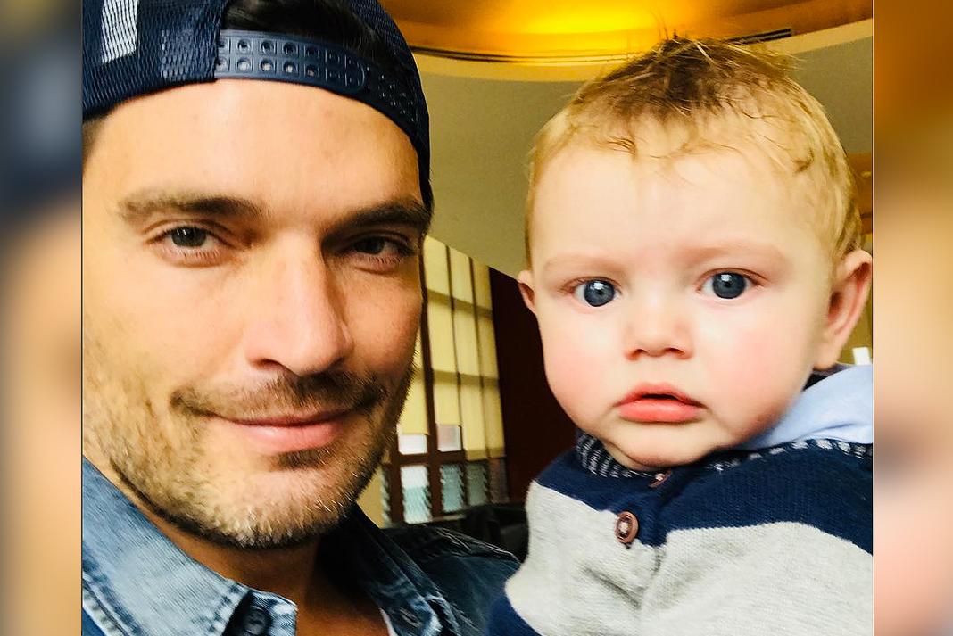 Julián Gil compartió en sus redes sociales esta foto con su hijo