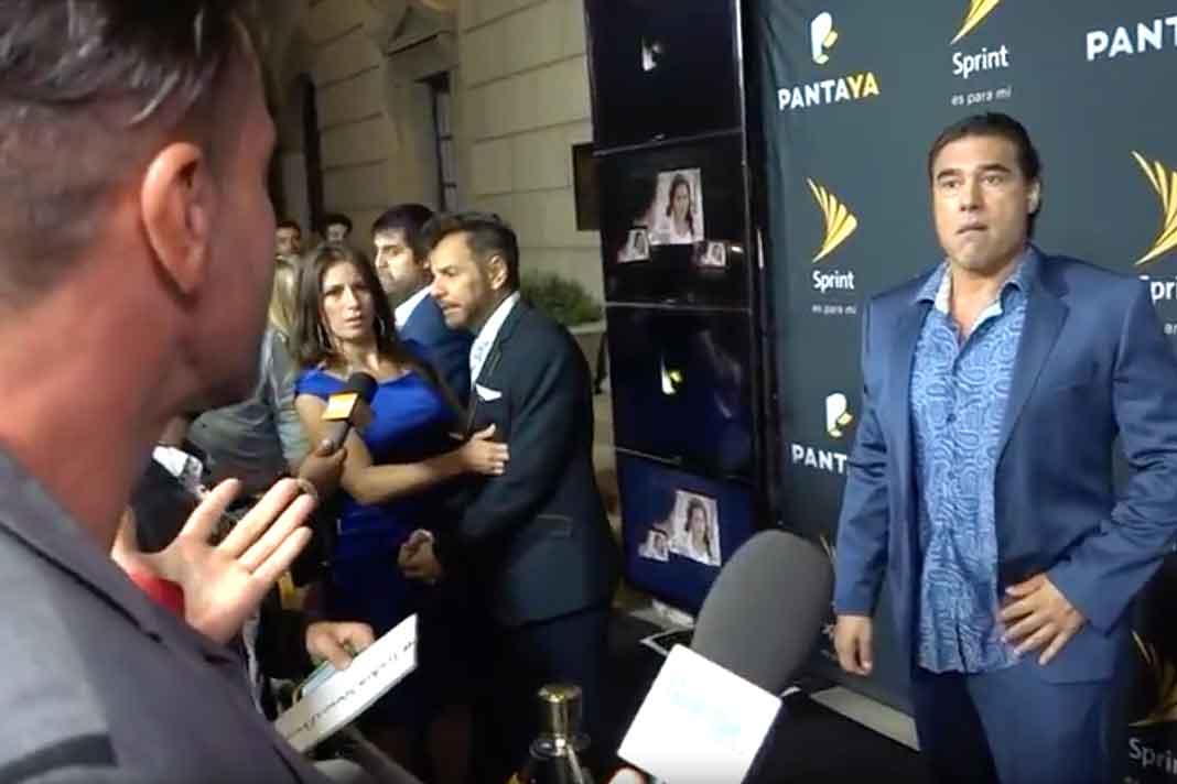 Miren la cara de Alessandra Rosaldo, quien estaba con Eugenio Derbez justo al lado de Eduardo