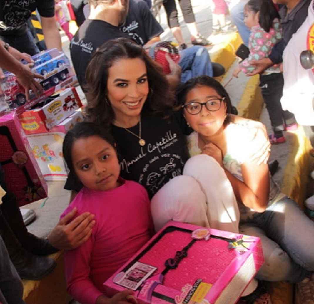 A Bibi la hemos visto repartiendo regalos a las niñas del pueblo