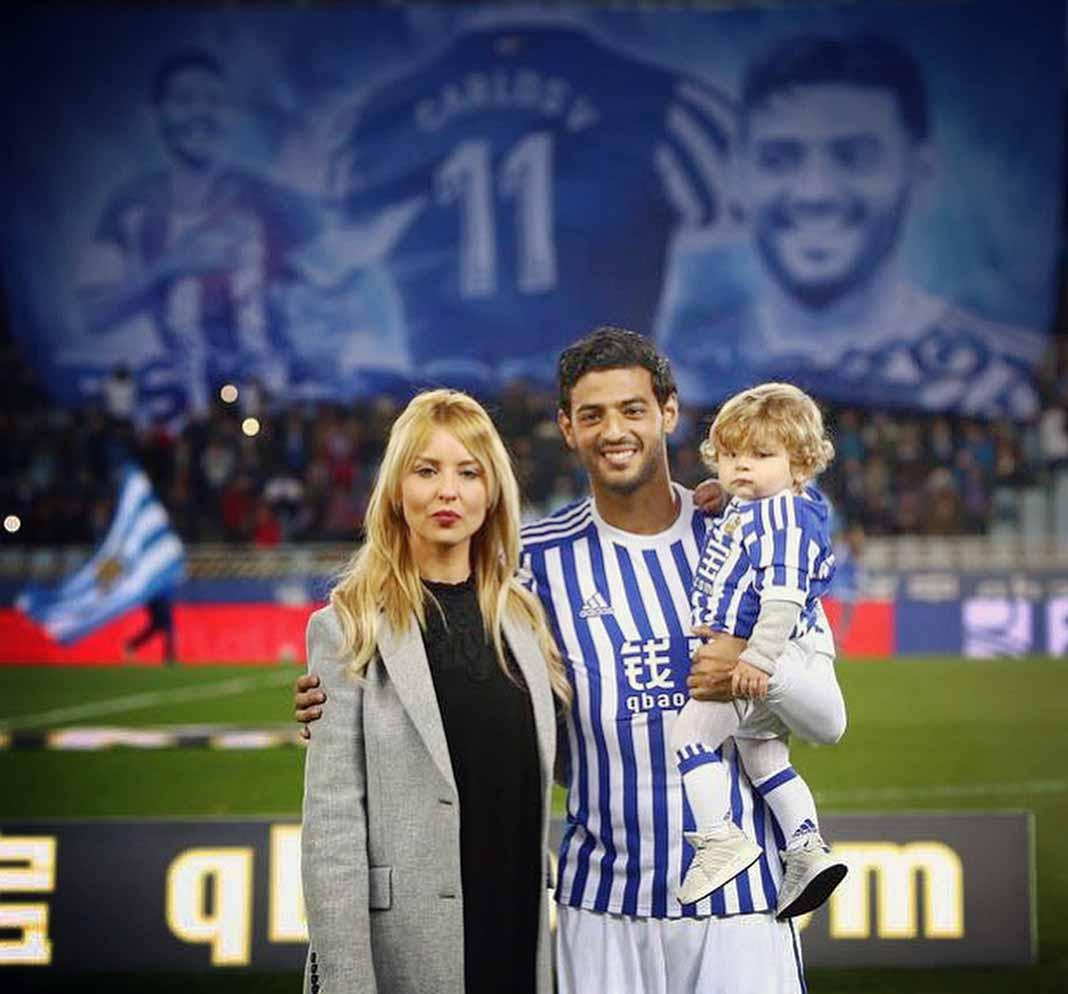 Vela es pareja de la reportera española Saioa Cañibano, con quien tiene un hijo llamado Romeo
