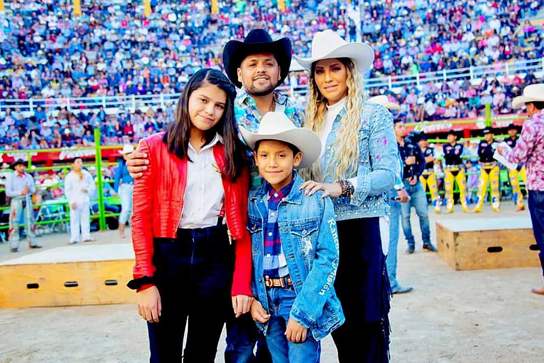 Él, su esposa y sus hijos participan regularmente en los shows que organizaba