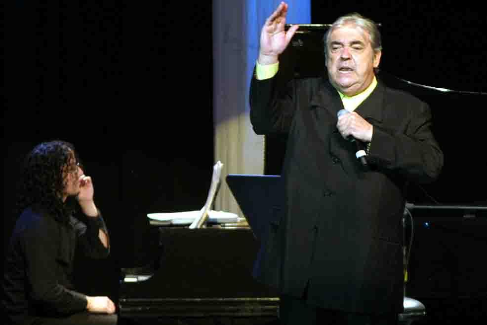 Alberto Cortez durante un concierto en el Teatro Blanquita en México