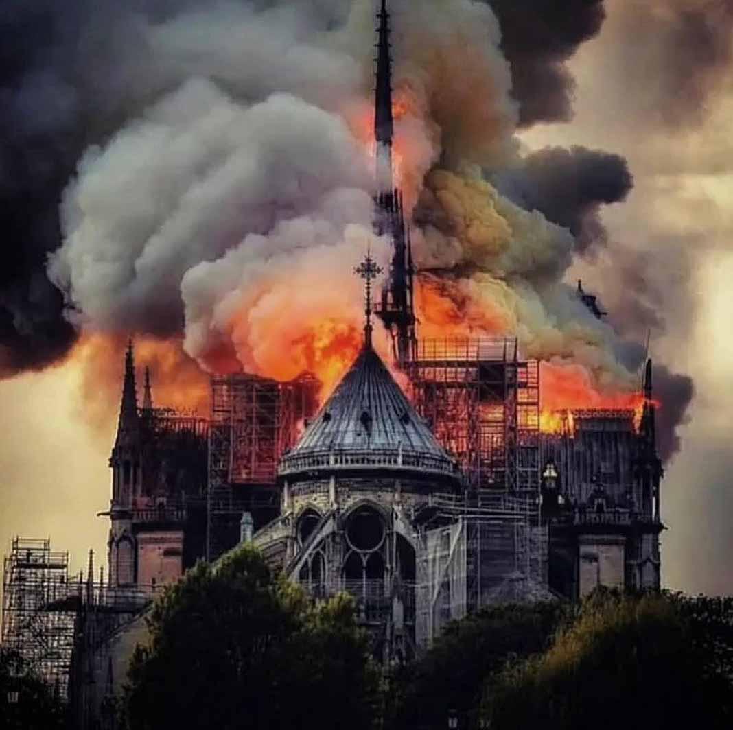 Cuasimodo, el personaje de Victor Hugo, llora abrazando su hogar: Notre Dame