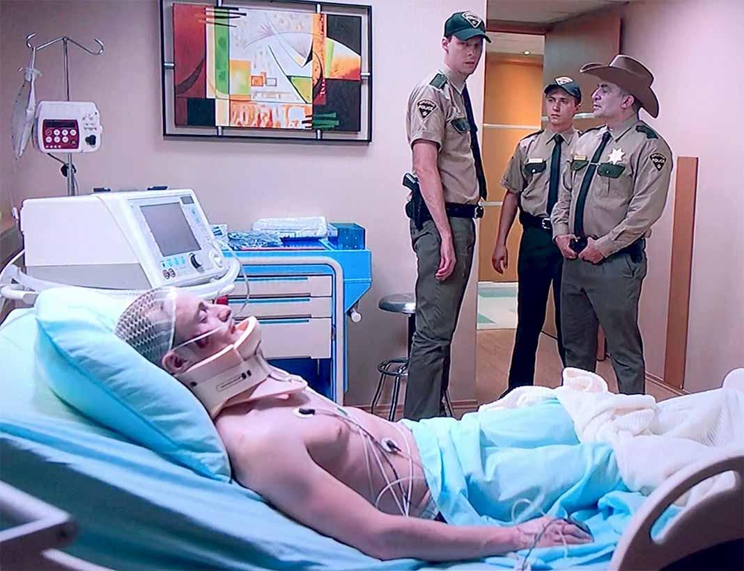 El policía permaneció durante el primer capítulo de la serie en estado crítico
