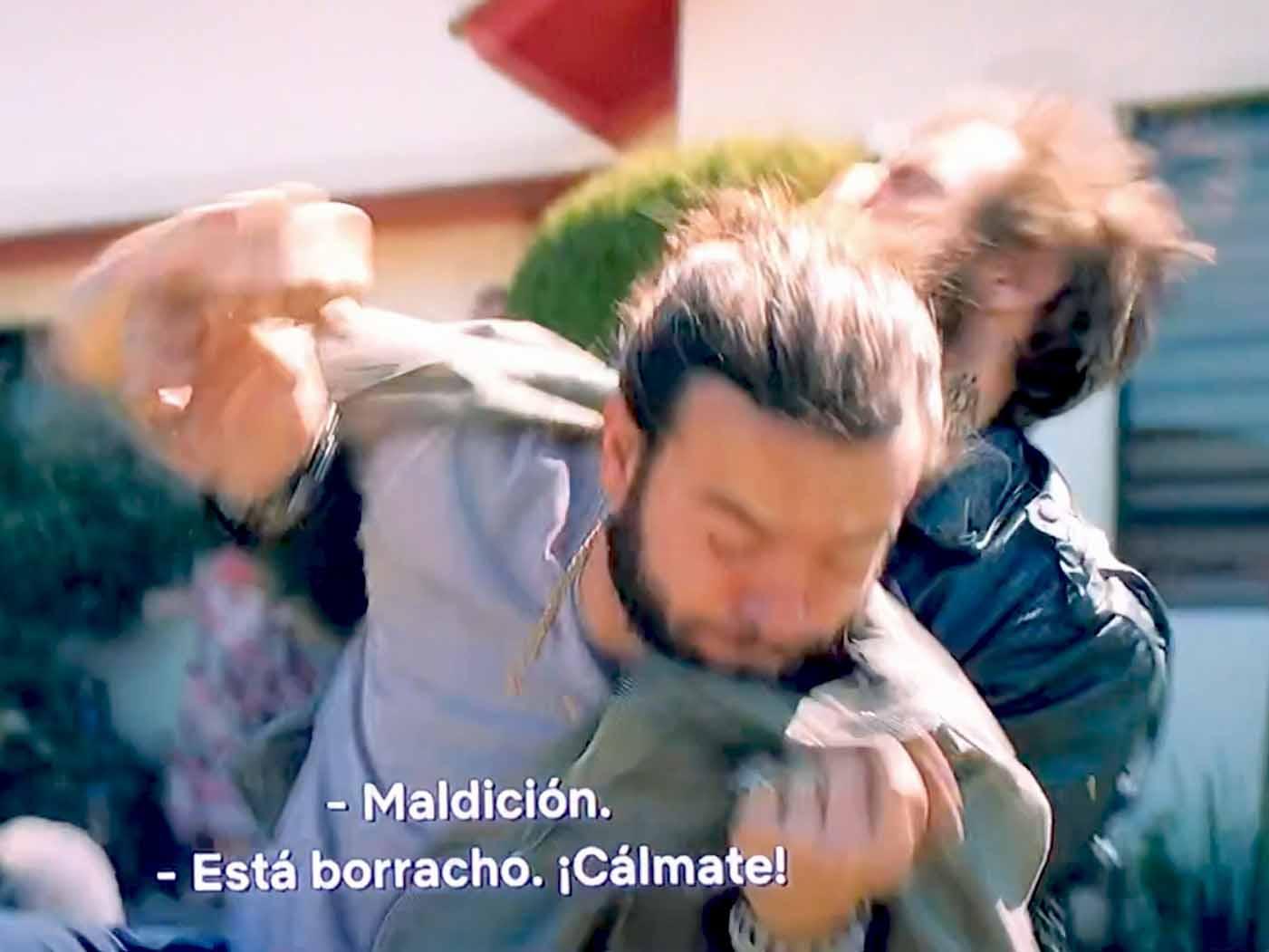 El personaje de Pablo Lyle golpea a un hombre mientras otro intenta detenerlo