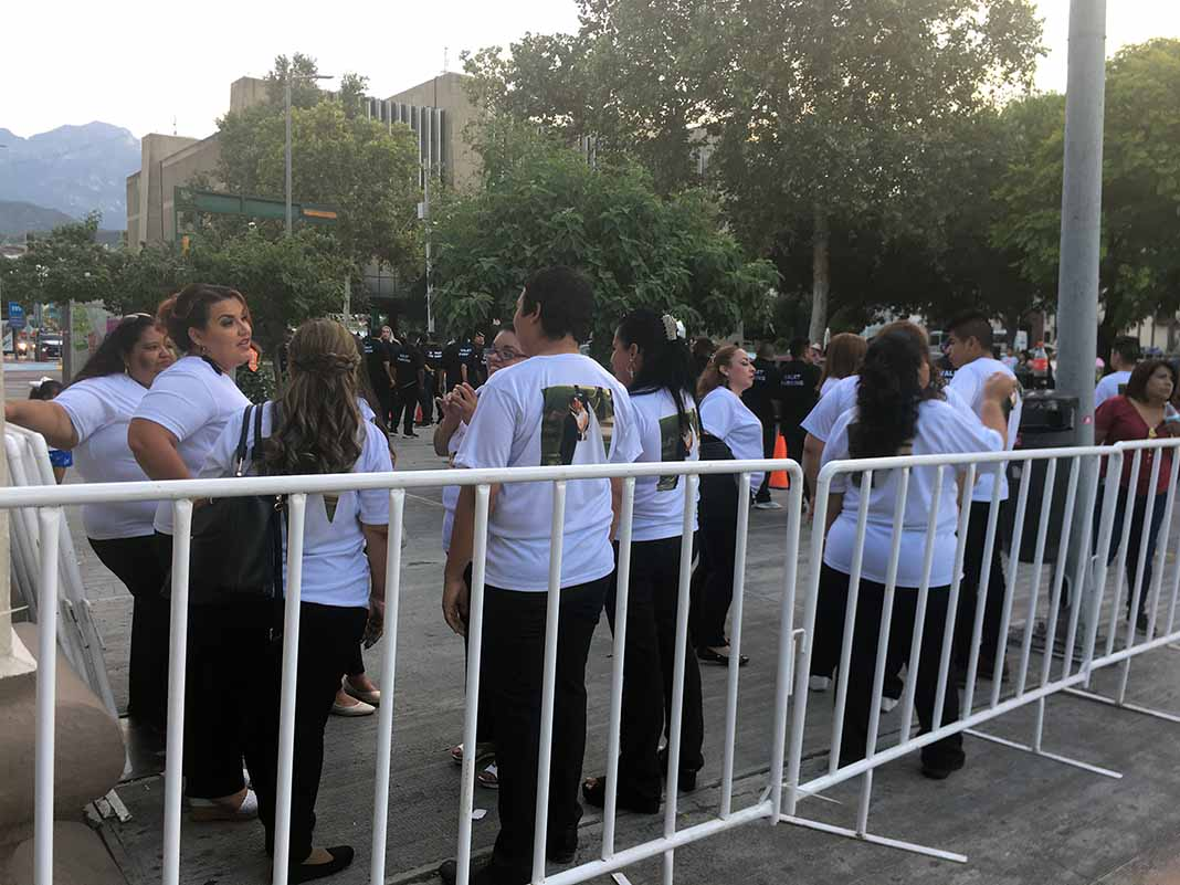 Fans de la pareja lucían camisetas con la foto de los novios impresa