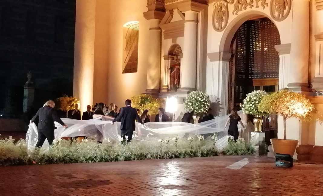 A la entrada de la Catedral, varias personas ayudaron a desplegar la cola del vestido y el enorme velo de la novia
