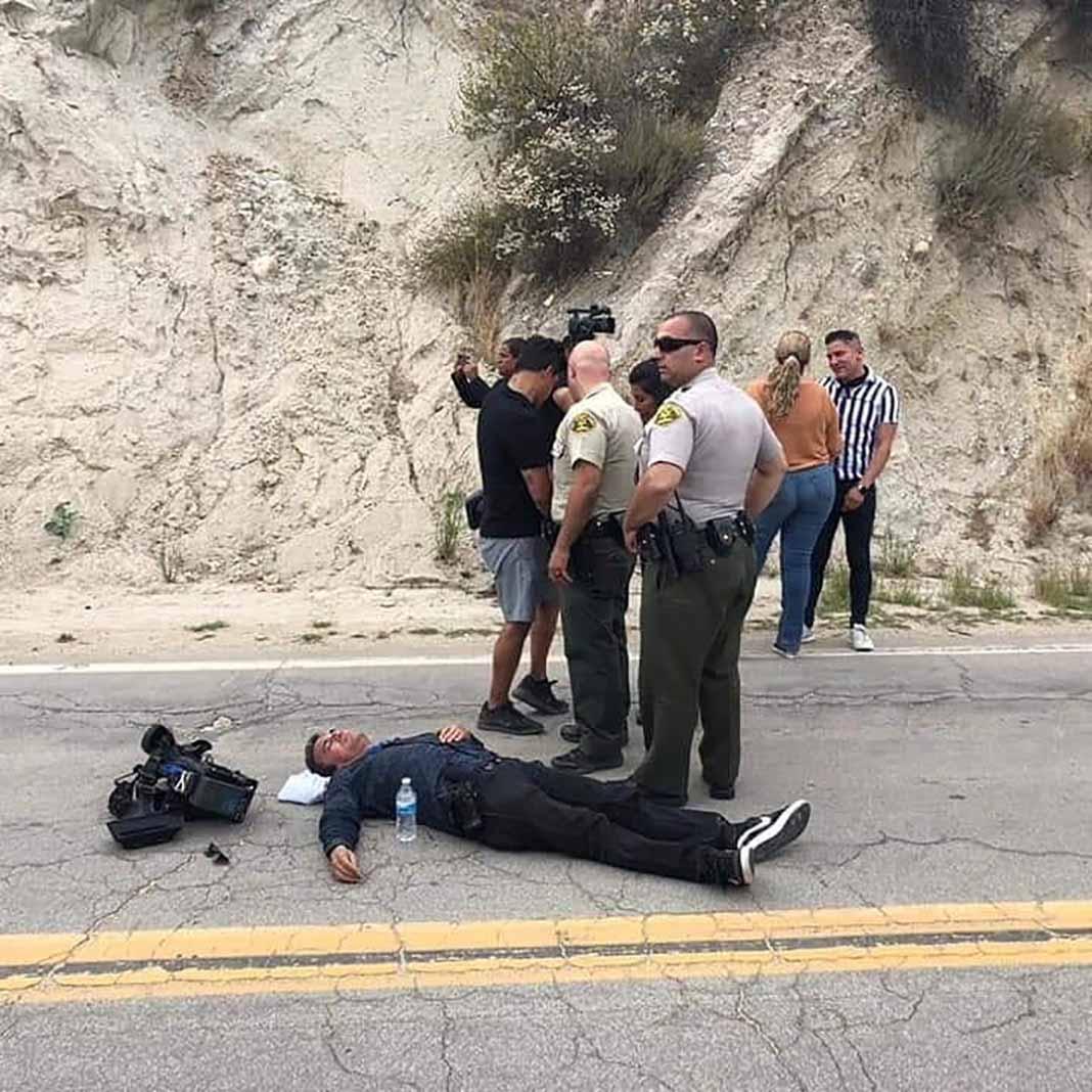 El camarógrafo Jorge Ortega, de El Gordo y la Flaca, yace en la carretera acompañado por policías en espera de la ambulancia