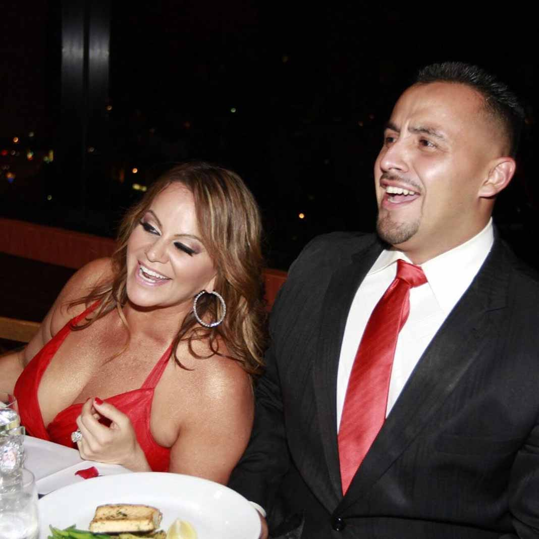 Rosie también publicó esta foto de Juan riéndose con su difunta hermana Jenni, acompañando el post donde apoya a su hermano