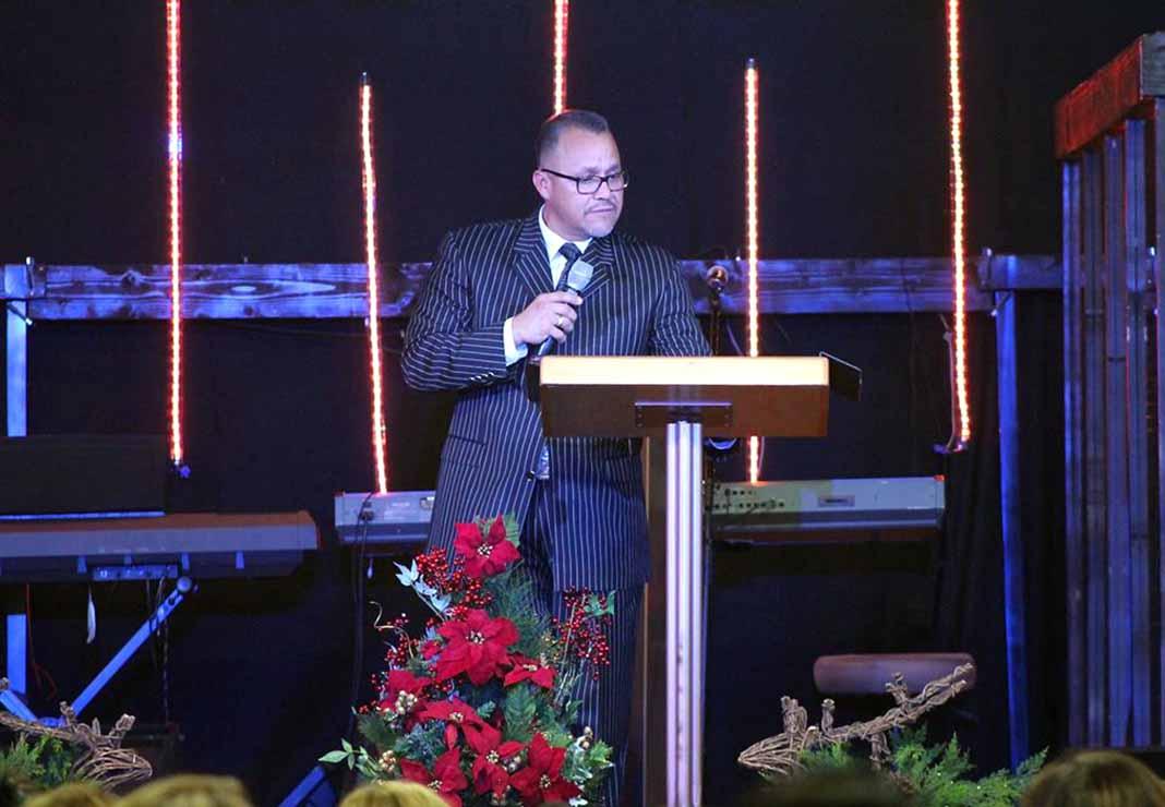 El tío de Chiquis Rivera predica la Palabra en su Iglesia Primer Amor