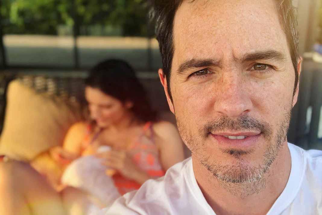Mauricio Ochmann en repetidas ocasiones ha mostrado a Aislinn amamantando a su hija