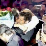 El hombre se fundió en una abrazo con el cantante y no paraba de llorar