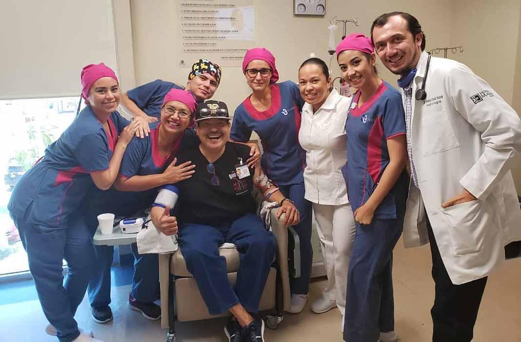 Julio Preciado posó muy sonriente con el equipo médico que lo atendió en una recaída que tuvo recientemente