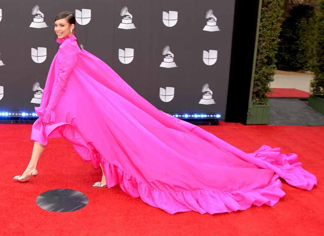 Con este colorido y vaporoso modelo, la actriz y cantante SOFÍA CARSON parece que pasó corriendo y se llevó arrastrando una cortina.