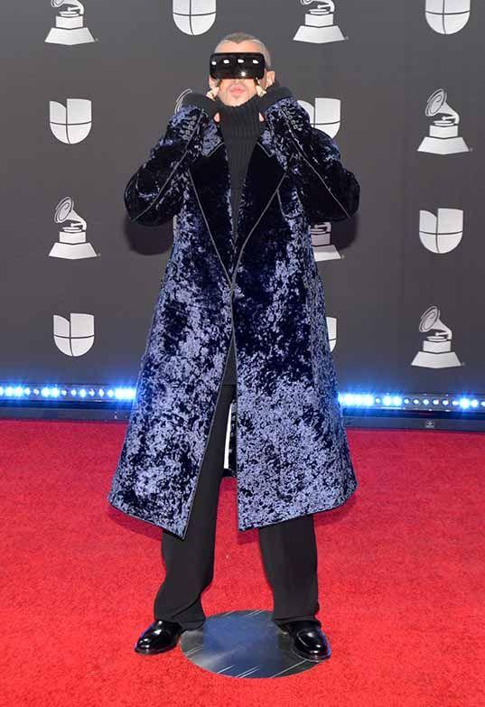 BAD BUNNY no sólo llegó cubierto hasta el cuello, sino con un abrigo que ya quisiera para los domingos el mismísimo Lord Comandante de la Guardia Nocturna, Jon Snow.