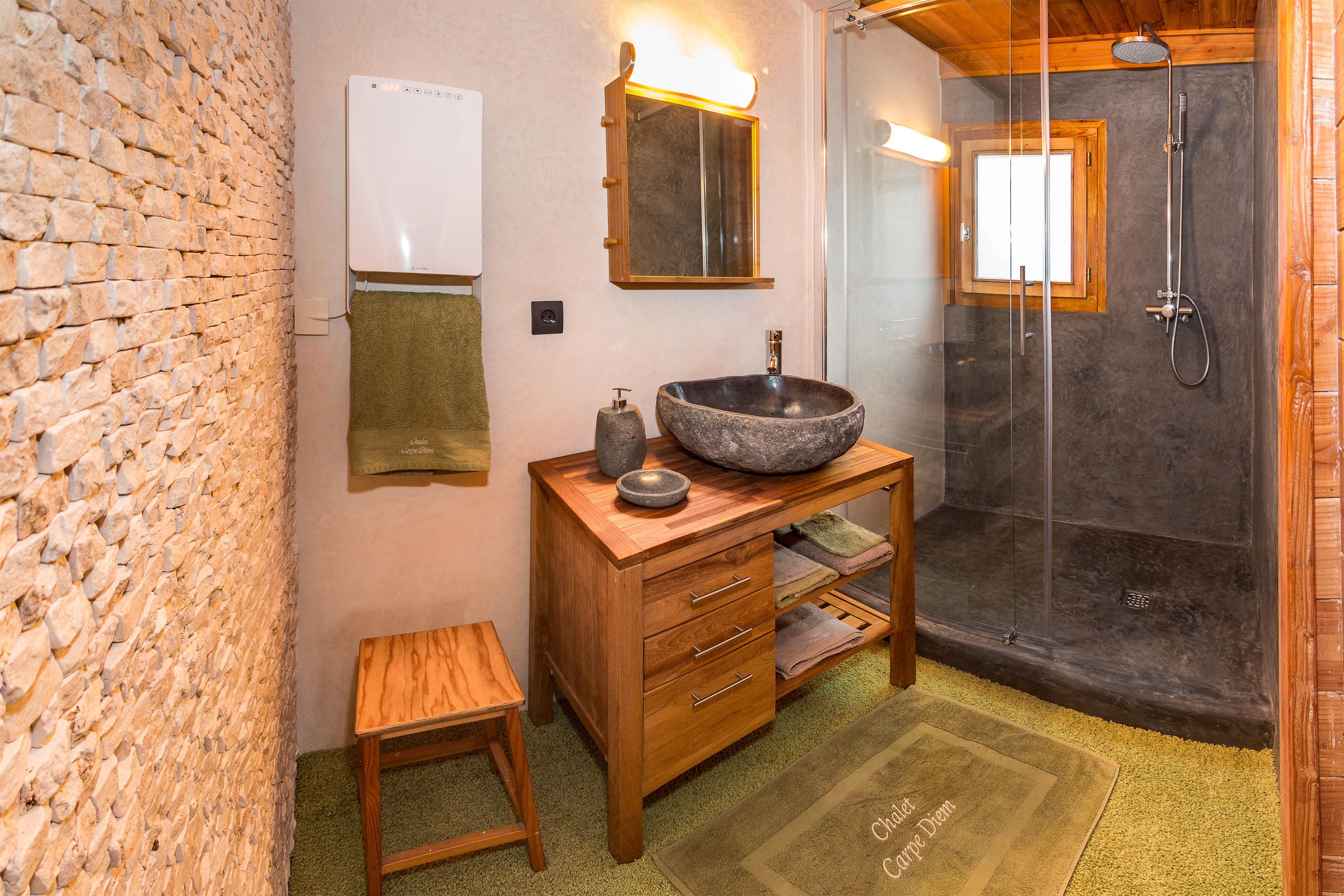 Salle de bain avec douche italienne - Chalet Carpe Diem
