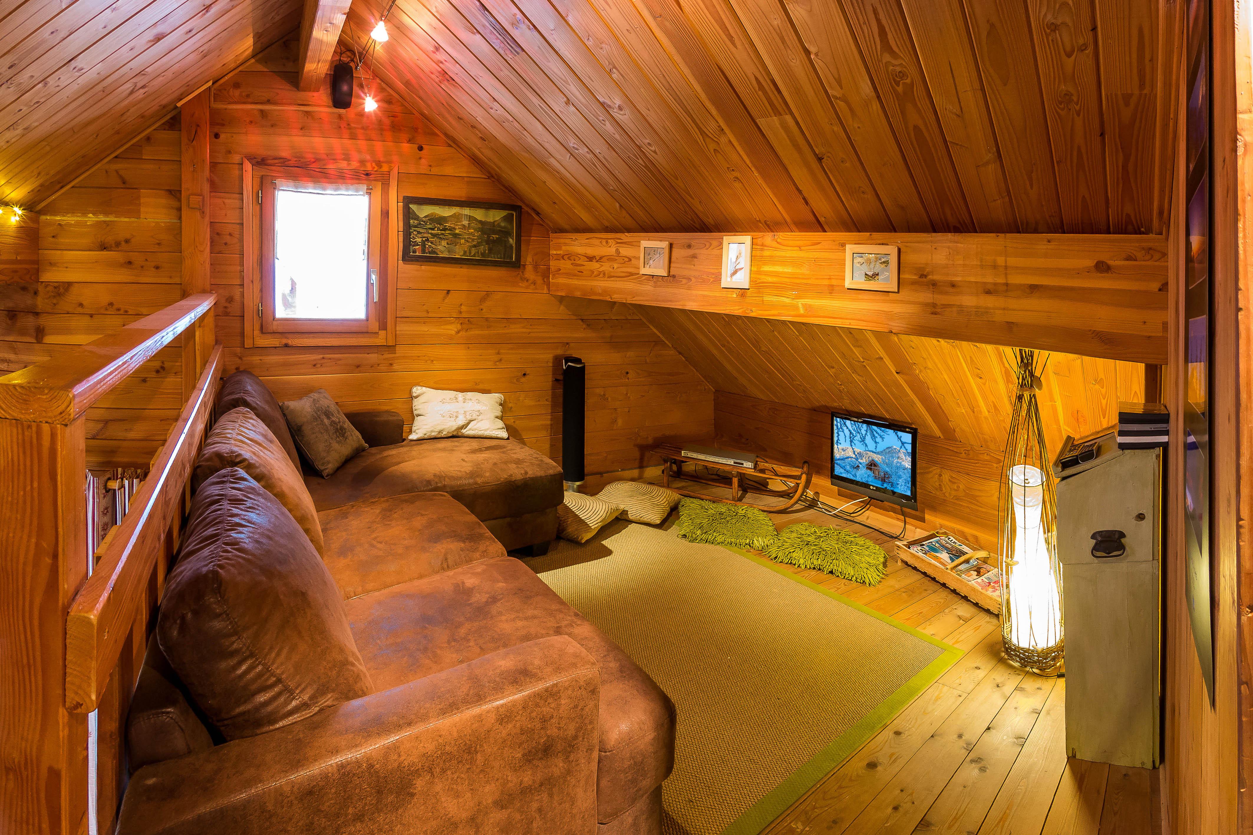 Petit salon en mezzanine au Chalet Carpe Diem